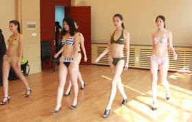 模特考试今开考 近300靓女帅哥泳装走秀