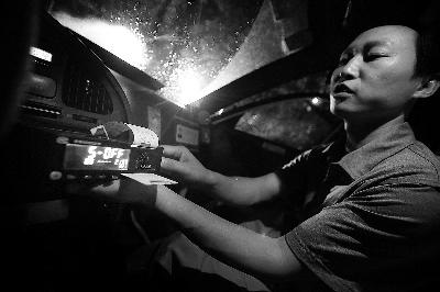 昨晚,首批出租车更换计价器,并进行打新发票测试高清图片