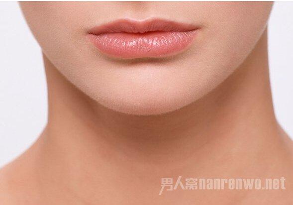 """一向好色的男人,接吻亲热时候喜欢什么样的嘴唇呢?大红唇,娇滴唇?这就来看一下男人接吻时最喜欢的四种女性嘴唇,高居榜首的嘴唇,一定出乎你意料。   据此次调查问卷显示,不使用任何化妆品的""""裸唇""""排在榜首,让我们依次看看广大男性都是怎么想的吧。  不使用任何化妆品的嘴唇   1."""