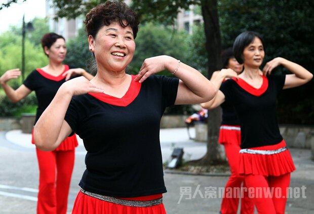 世界的就是民族的,民族的就是世界的,这话还真不假!据台媒近日报道,加拿大渥太华旅游局邀请中国大妈,参加加拿大国庆节,表演广场舞。  加拿大邀中国大妈跳广场舞 据称,渥太华旅游局13日在广东省广州发出邀请,计划邀请30名中国大妈于7月1日到渥太华跳舞。报道引述负责招募的广东南湖国际旅行社指出,大妈们可以在7条美加路线中选取报名参加,参与表演的大妈将会获得当地市长颁发渥太华荣誉市民证书。