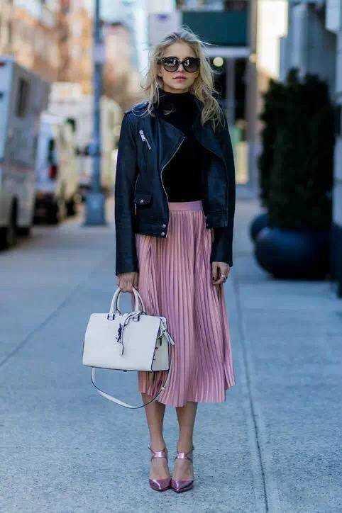 粉色百褶裙搭配黑色皮衣